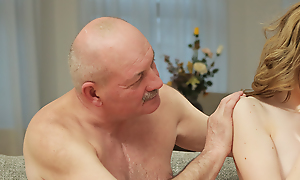 Prankish padre seduces coupled with bonks hottie on excitable the fullest son left them just